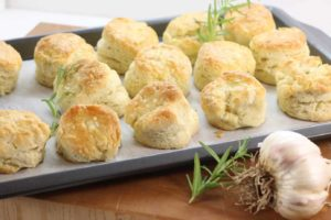Try these homemade biscuits flavoured with rosemary and garlic tonight! Easy to prepare in 20 minutes.
